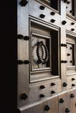 Porta de madeira com pontos e aldrava. fotografia de stock royalty free