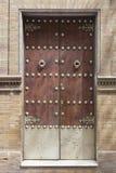 Porta de madeira com punhos do ferro Foto de Stock Royalty Free