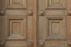 Porta de madeira com quadrados e motivo dos círculos fotos de stock