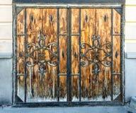 Porta de madeira com testes padrões do ferro Foto de Stock Royalty Free
