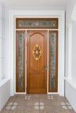 Porta de madeira da teca com vidro do espelho - fundo Fotos de Stock Royalty Free