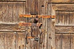 Porta de madeira de Brown com punhos e os fechamentos oxidados fotografia de stock royalty free