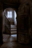 Porta de madeira de uma casa velha no Cairo velho, Egito fotos de stock royalty free