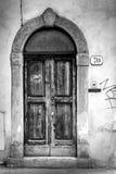 Porta de madeira de uma entrada da casa Foto de Stock