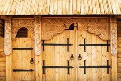 Porta de madeira decorada fotos de stock