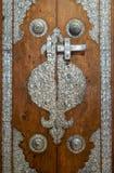 Porta de madeira decorada com os ornamento de prata do chapeamento da mesquita de Sayeda Zaynap, o Cairo, Egito imagens de stock
