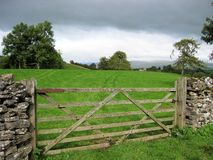 Porta de madeira do campo de exploração agrícola perto de Kirkby Stephen, Cumbria, Inglaterra imagem de stock royalty free