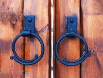 Porta de madeira do castelo Anel antigo do puxador da porta do ferro fundido na porta de madeira Fotografia de Stock Royalty Free