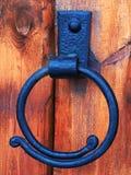 Porta de madeira do castelo Anel antigo do puxador da porta do ferro fundido na porta de madeira Imagens de Stock