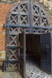 Porta de madeira do castelo medieval Imagens de Stock
