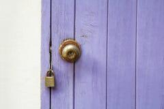 Porta de madeira do close up com fechamento Imagens de Stock