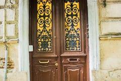Porta de madeira do vintage com barras de ferro forjado Imagens de Stock