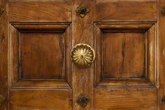 Porta de madeira do vintage com o botão de porta de bronze imagens de stock