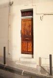 Porta de madeira do vintage nas ruas de Marselha imagens de stock