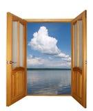 porta de madeira e nuvens da Dois-folha isoladas Fotografia de Stock Royalty Free