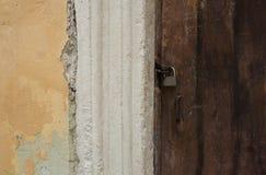 Porta de madeira envelhecida com um fechamento do metal Fotografia de Stock