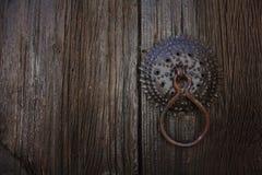 Porta de madeira escura velha com punho Foto de Stock Royalty Free
