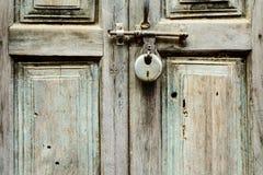 Porta de madeira fechada com um fechamento Fotografia de Stock Royalty Free