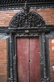 Porta de madeira handcrafted tradicional velha na parede de tijolo Fotos de Stock