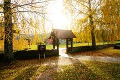 Porta de madeira iluminada pelo sol, Noruega Fotografia de Stock