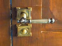 Porta de madeira levemente aberta com o close up do trinco de fechadura fotos de stock royalty free