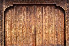 Porta de madeira mão-cinzelada velha do monastério de Romania Imagem de Stock Royalty Free