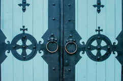 Porta de madeira medieval com as dobradiças do bronze do metal Imagem de Stock