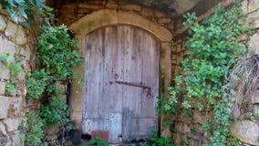 Porta de madeira na casa arruinada, Perithia velho, Corfu fotografia de stock