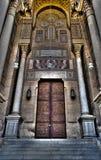 Porta de madeira Ornamented de uma mesquita velha no Cairo velho, Egito Imagens de Stock