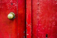 Porta de madeira pintada vermelha de Grunge Fotografia de Stock Royalty Free