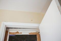 A porta de madeira precisa a pintura Fotografia de Stock Royalty Free