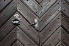 Porta de madeira preta com fundo e textura da decoração do ferro Fotos de Stock
