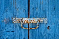 Porta de madeira rústica velha com botão imagens de stock