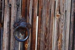 Porta de madeira rústica velha com botão imagem de stock