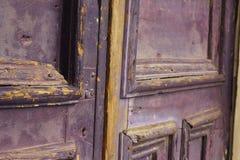 Porta de madeira roxa velha Fotos de Stock Royalty Free