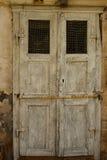Porta de madeira suja velha Fotos de Stock Royalty Free