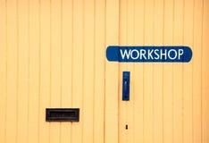 Porta de madeira a uma oficina Fotos de Stock Royalty Free