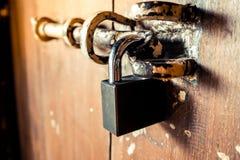 A porta de madeira velha é fechado, fundo do estilo do vintage imagem de stock royalty free