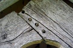 Porta de madeira velha ao cemitério Cemitério velho de Galês na costa Imagens de Stock