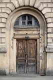 Porta de madeira velha bonita com uma viseira Imagem de Stock Royalty Free