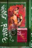 Porta de madeira velha coberta com os grafittis no distrito de Trastevere Roma, fotografia de stock royalty free