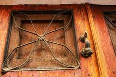 Porta de madeira velha com aldrava de bronze imagem de stock royalty free