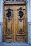 Porta de madeira velha com aldravas do ferro foto de stock royalty free