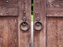 Porta de madeira velha com anéis Fotos de Stock