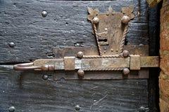 Porta de madeira velha com botão do metal e parafuso medieval oxidado imagens de stock