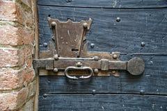 Porta de madeira velha com botão do metal e parafuso medieval oxidado imagem de stock