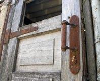 Porta de madeira velha com botão oxidado foto de stock