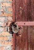 Porta de madeira velha com dois fechamentos Fotografia de Stock Royalty Free