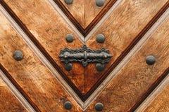 Porta de madeira velha com o botão de porta do metal exterior fotografia de stock