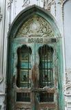porta de madeira velha com a parede do cimento do estuque fotos de stock royalty free